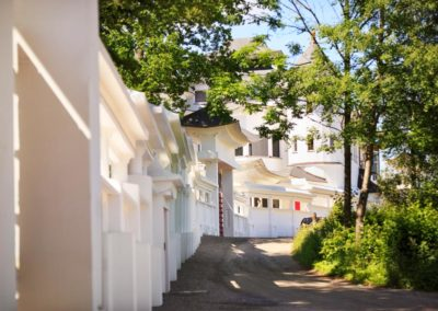 centrum-tradycyjnej-medycyny-chinskeij-yangtorp-dziedziniec-wzdluz-muru
